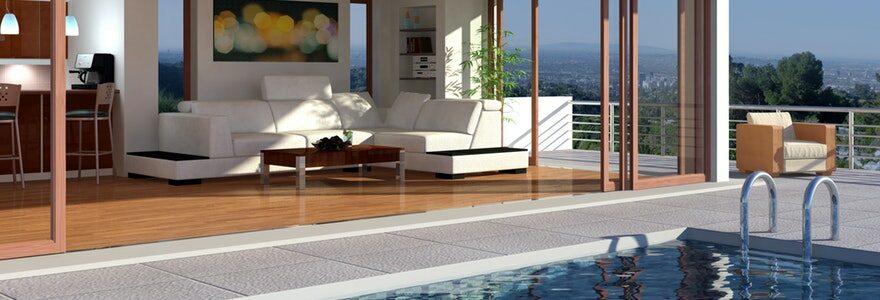 une petite piscine extérieure